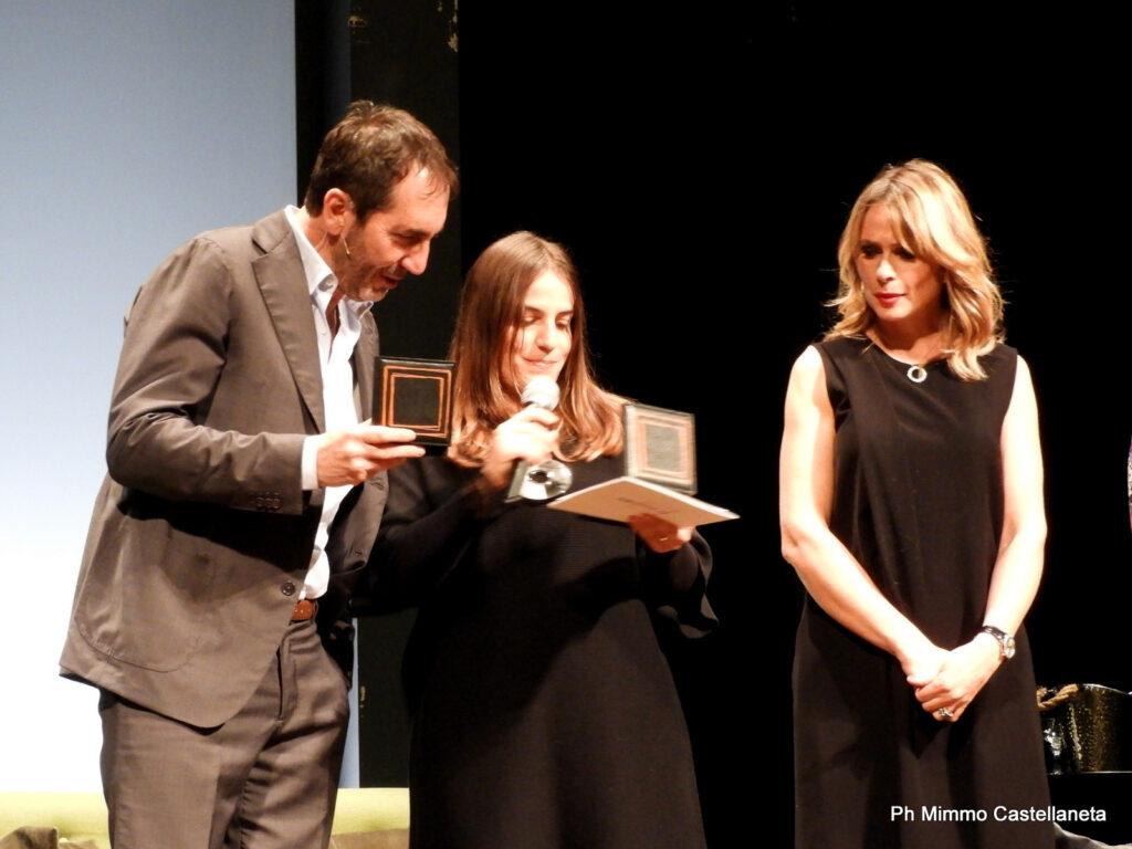 Consegna-delle-opere-su-tela-Nartist-a-Serena-Autieri-e-Paolo-Calabresi-sul-palco-del-Rossini-7